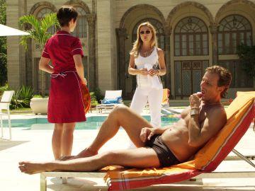 Carmina pilla a Nina dando un masaje a su amante Max