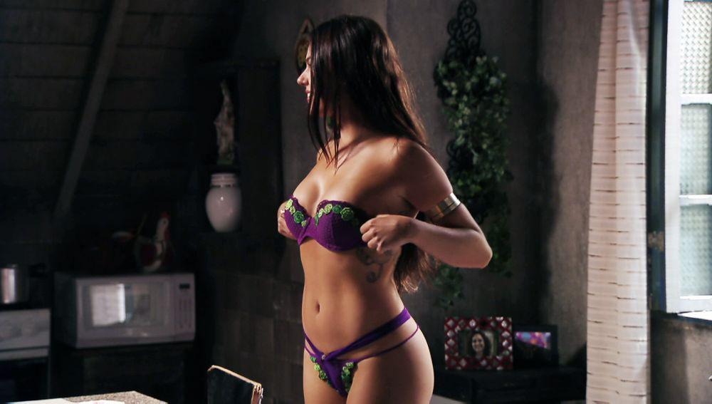 Suelen Se Desnuda Delante De Adauto En Avenida Brasil
