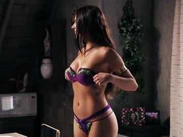 Suelen se desnuda delante de Adauto en 'Avenida Brasil'
