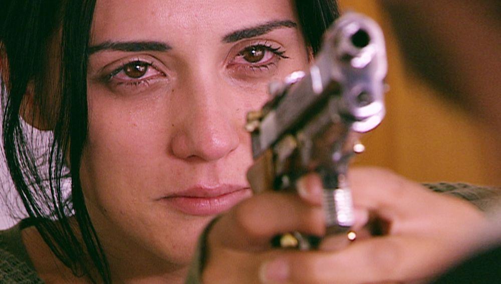 Narin apunta a Boran con su arma