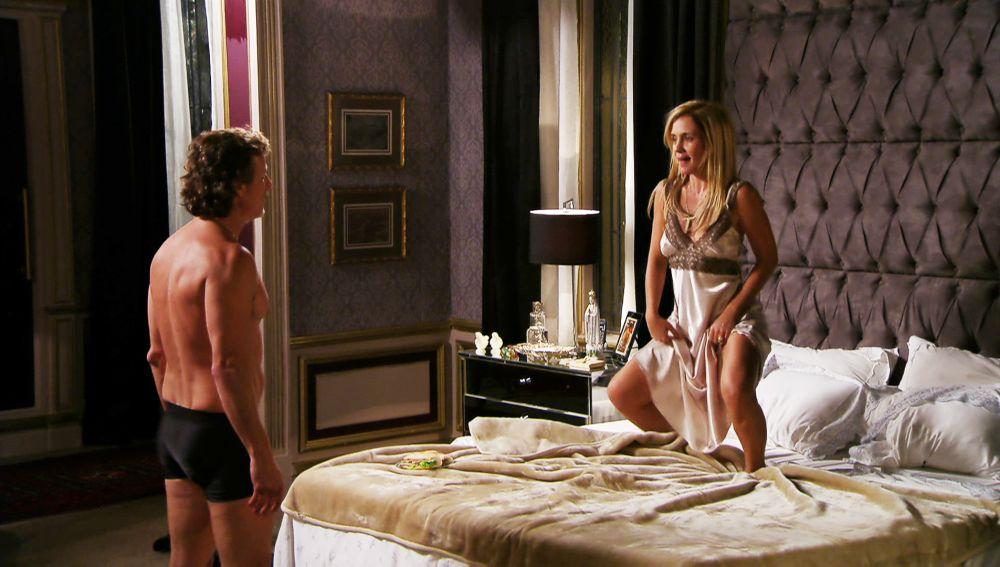 Max y Carmina tienen sexo desenfrenado en la cama del 'cornudo'