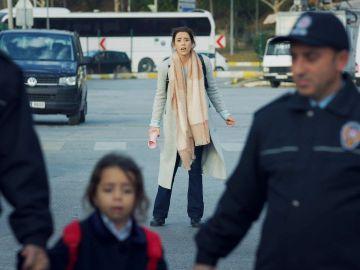 Turna intenta volver a su casa con Sule para proteger a Zeynep