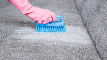 Quitar manchas de sofá