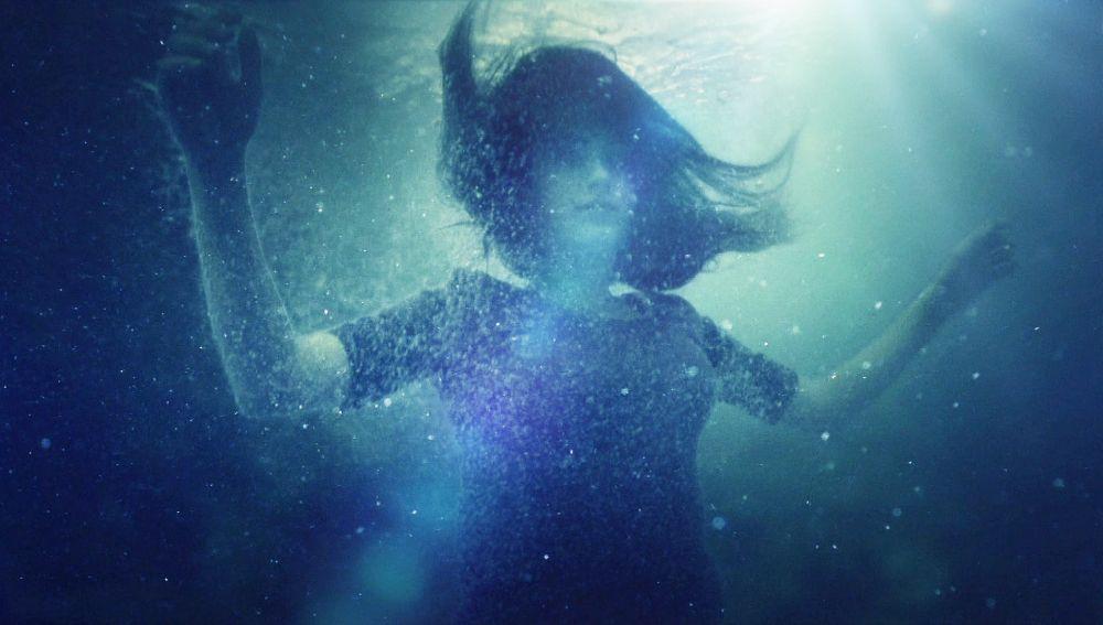 Feriha se cae al mar y no lucha por seguir viva