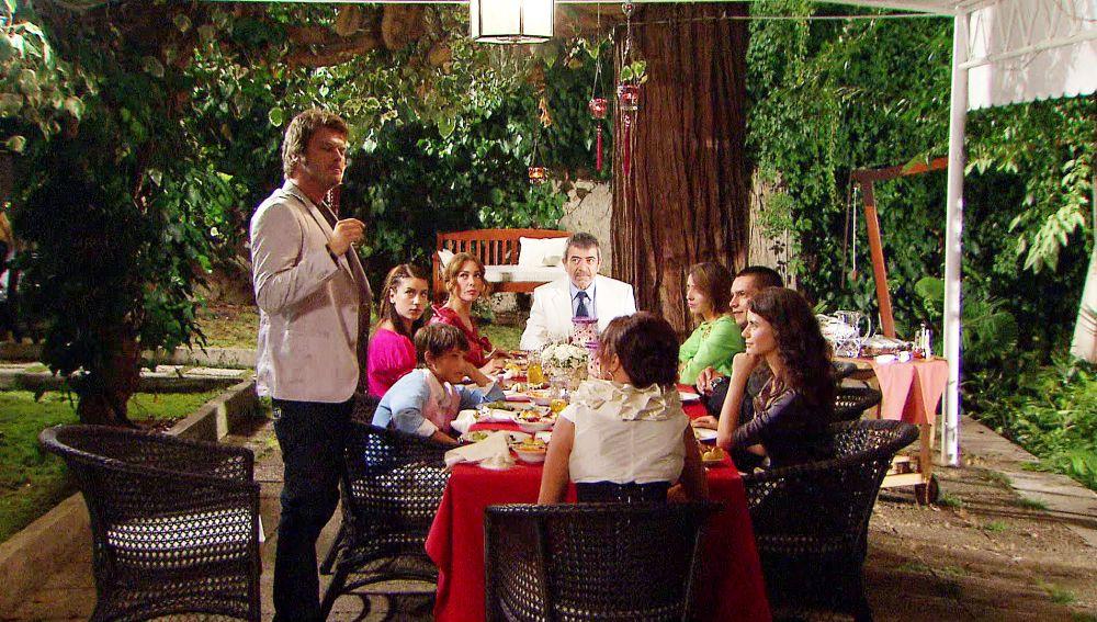 Adnan invita a la familia de Fatma a cenar