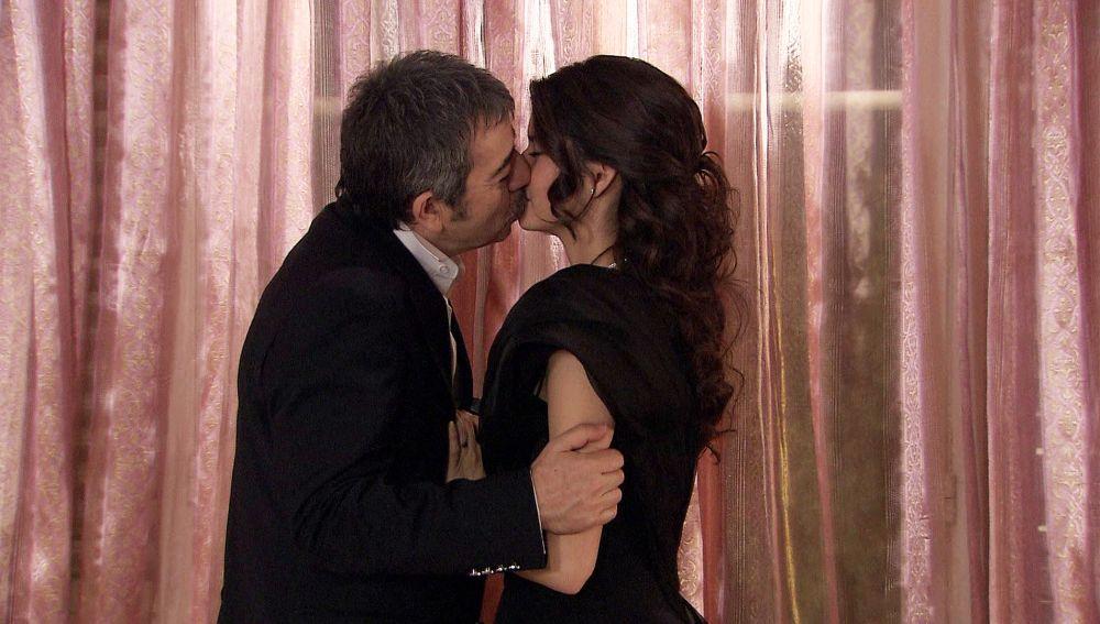 Bither rompe a llorar tras un beso de Adnan
