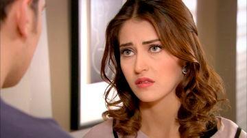 Rüya vuelve a casa de Emir para hablar con él