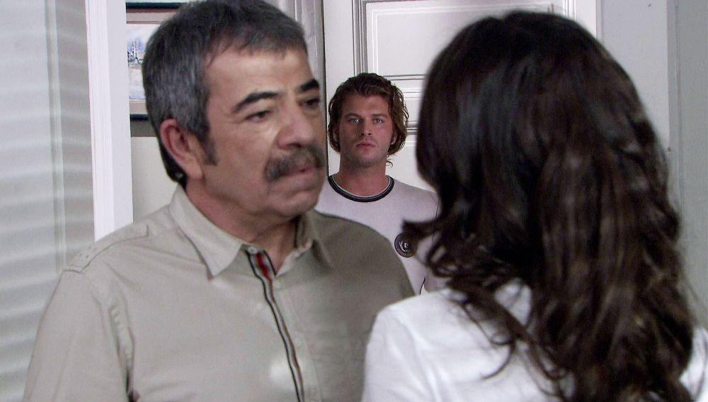 Behlül, en estado de shock cuando ve a Bihter y Adnan besándose