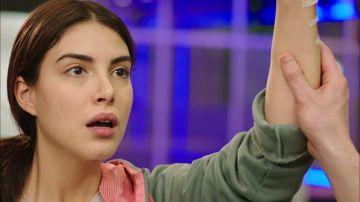 Hazan es sorprendida por Sinan mientras maldice a su jefe