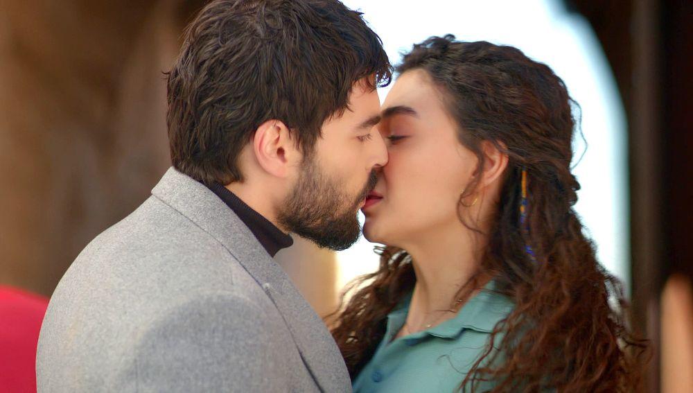 Reyyan y Miran se besan por primera vez
