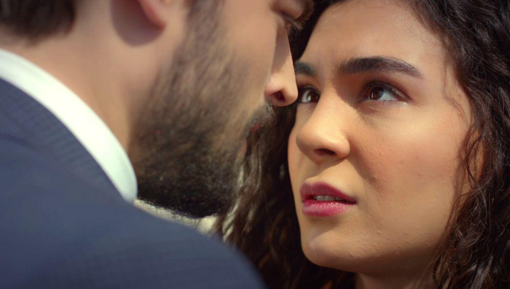 Miran sorprende a Reyyan para convencerla de que se case con él