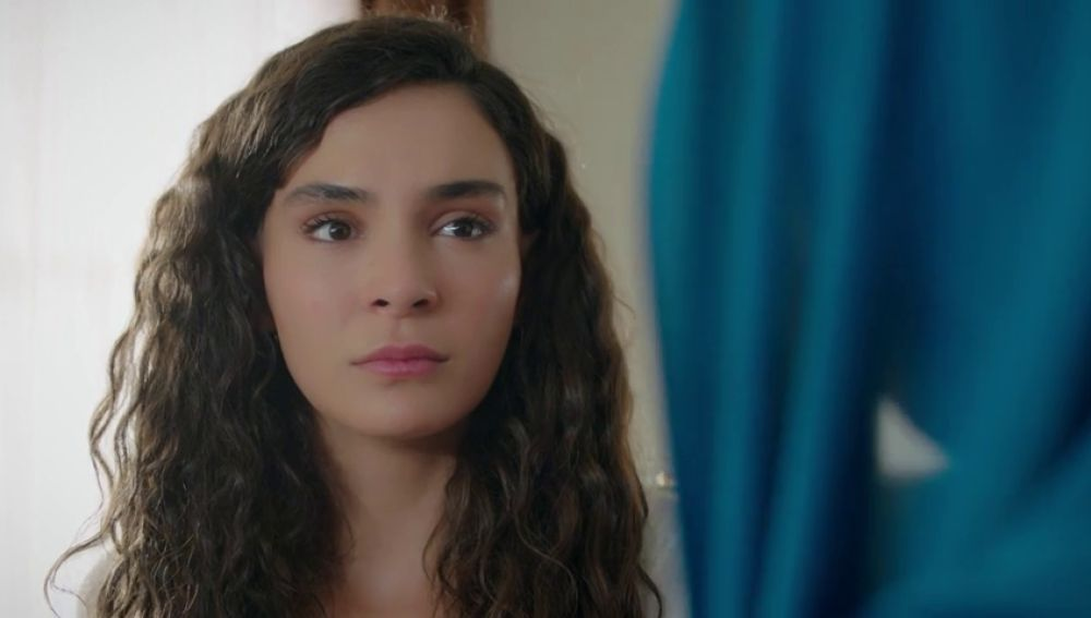 """Azize, a Reyyan: """"Nunca olvides que tu familia intentó matarte"""""""
