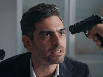 Vedat provoca a Tahir y les lleva a una tensa discusión