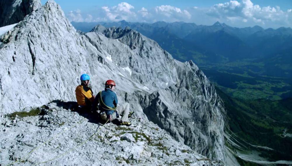 Andrea y Stefan descubren un herido en la montaña