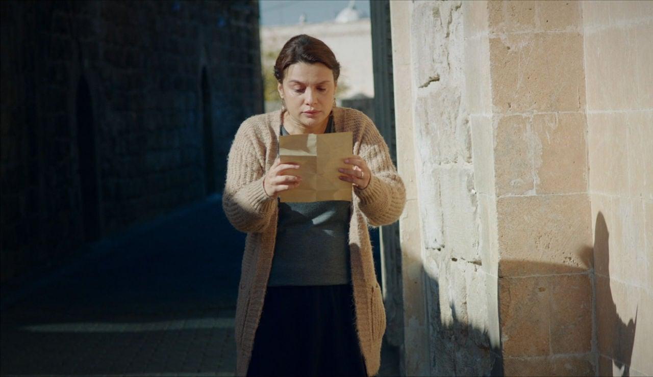 Zehra lee la carta de Esma