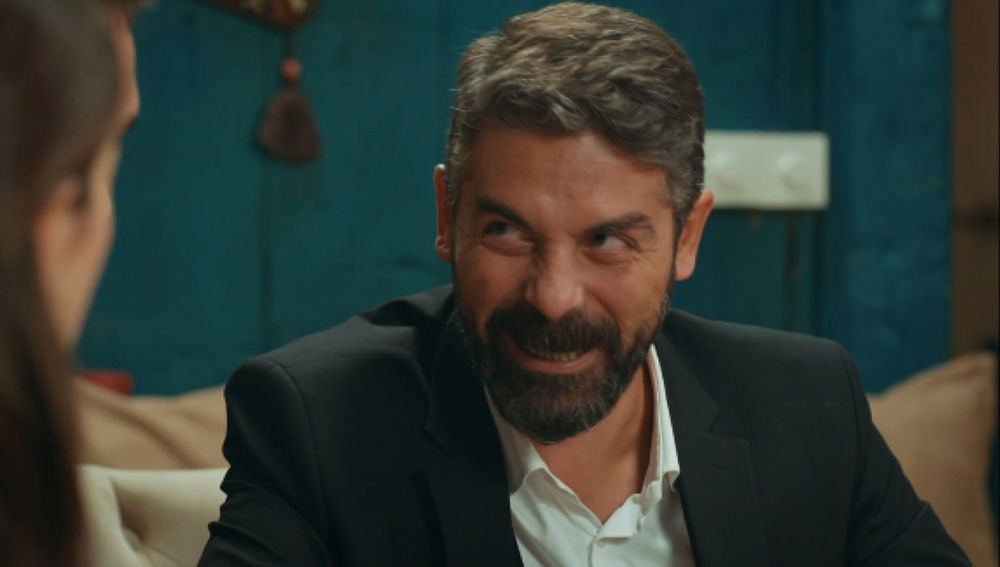 Mustafa se rie de Tahir