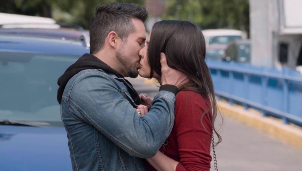 Pedro se arrepiente de su decisión y besa a Elena