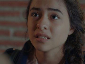 Beste trata de detener a Cennet contándole toda la verdad a Selim