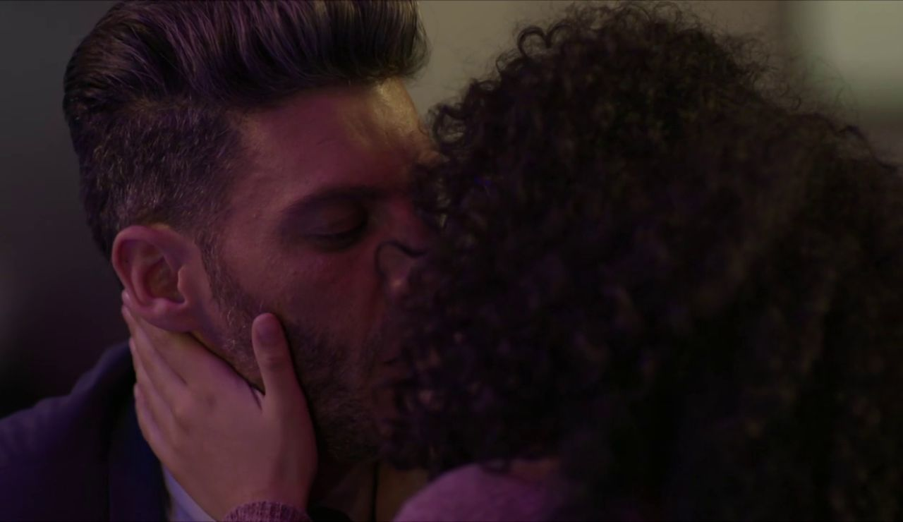 Betty se lanza y le roba un beso a Armando