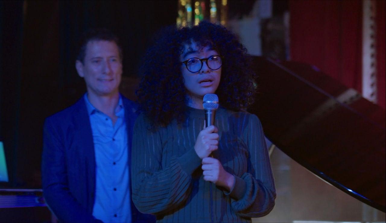 Betty la lía en un karaoke