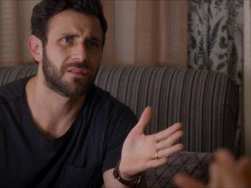 Santiago sospecha que Damián se siente atraído por Lola