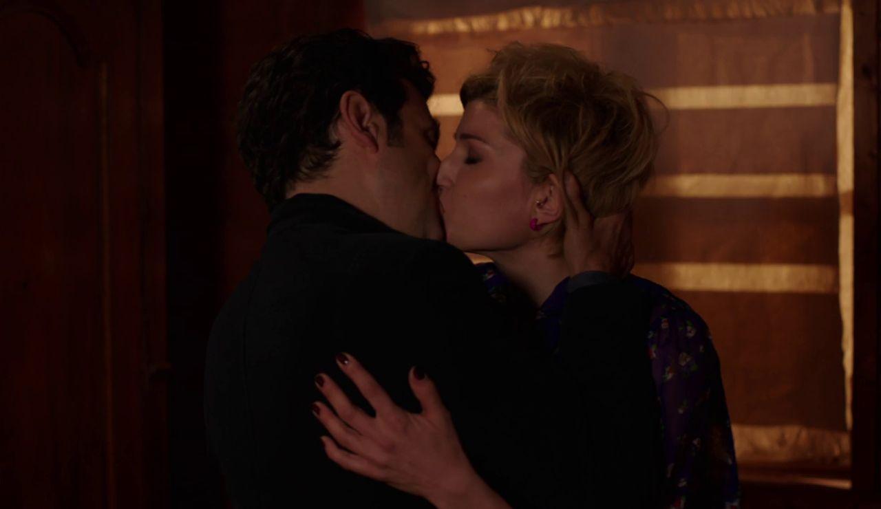 Vincenzo y Manuela se besan apasionadamente