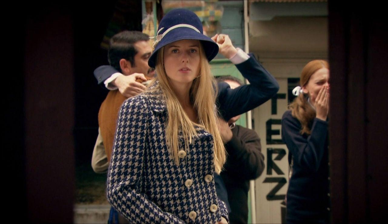 Caroline se presenta en casa de Ali